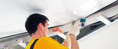 Натяжной потолок или облицовка стен – что правильно делать сначала?