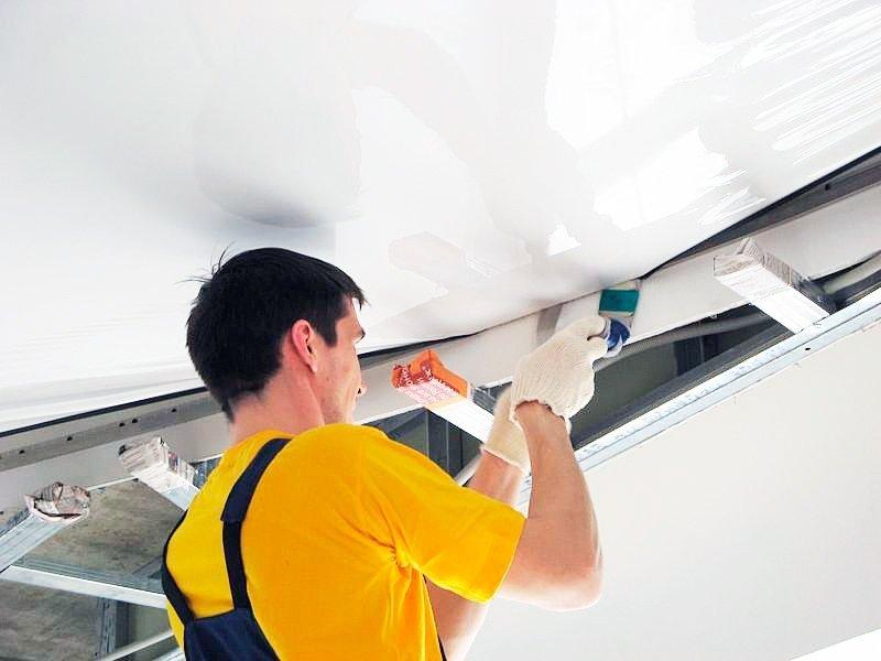Что делать сначала: натяжной потолок или облицовку стен?