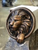 Маскарон-скульптура из бетона Морда льва с лапой