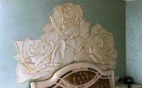 Барельеф с тремя большими розами.