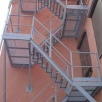 Стальная 4-маршевая пожарная стационарная лестница с разворотными площадками, лестничным ограждением