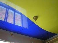 Глянцевый потолок на кухню с криволинейной спайкой