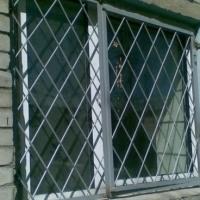 Установка металлических распашных оконных решеток