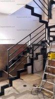 Металлическая лестница на ломаном косоуре с площадкой