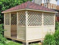 Беседка из дерева для дачи с четырехскатной крышей