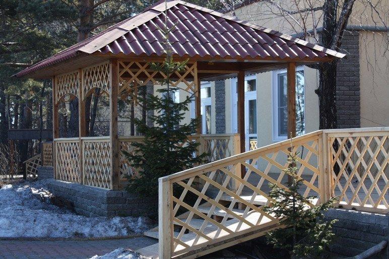 С помощью правильно подобранного кровельного материала легко оформить дом и все надворные постройки в едином стиле