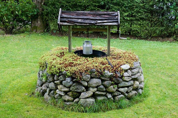Декоративный колодец на даче из камня фото 1