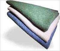 Пыль с мебели стирают  чистыми и мягкими фланелевыми тряпочками, можно также использовать сукно или бархат.