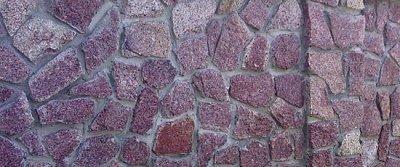 Каменный забор на даче из песчаника