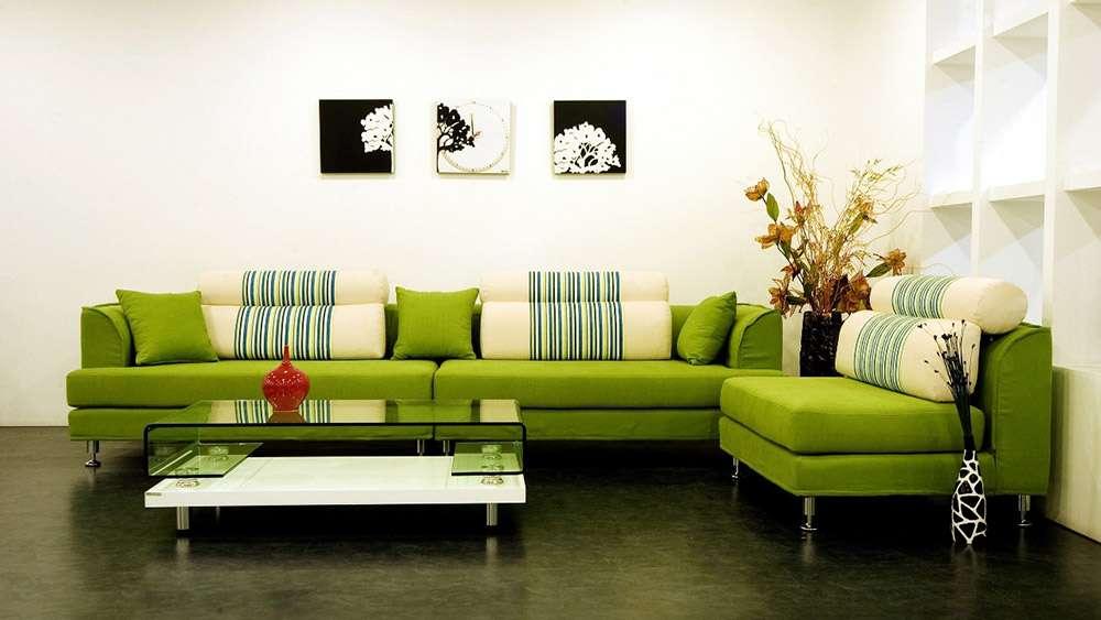 Угловой диван светло-зеленого цвета в интерьере в современном стиле