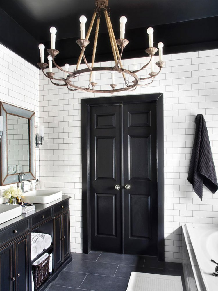 Черный потолок в интерьере ванной комнаты