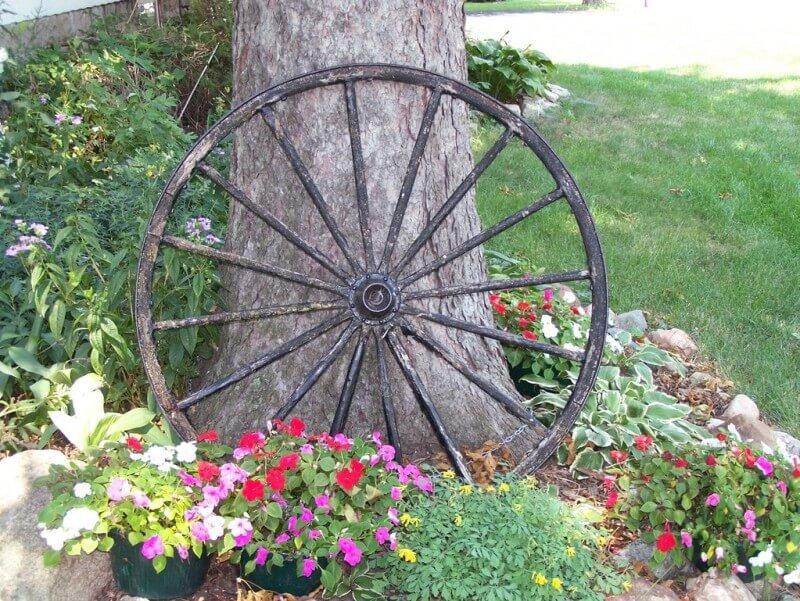 Клумба с колесом