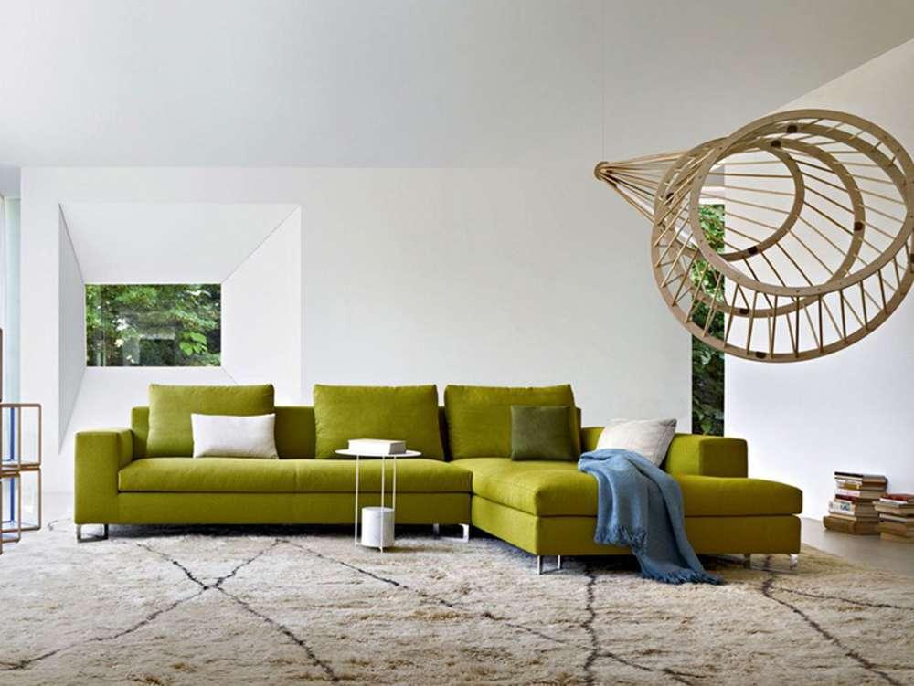Сочетание зеленого дивана с серым интерьером
