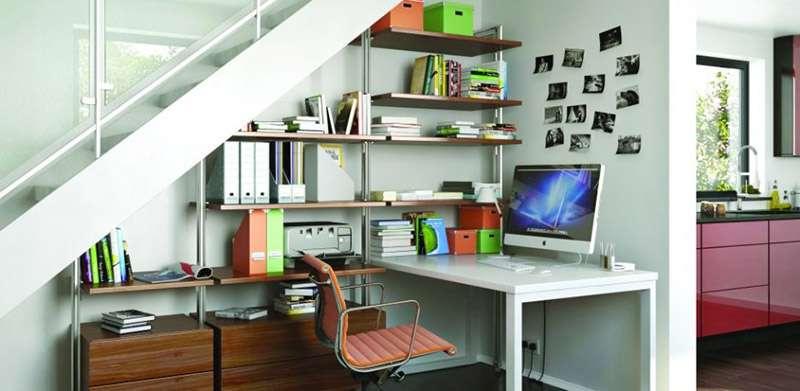 Идея для дизайна интерьера - настенный полки под лестницей
