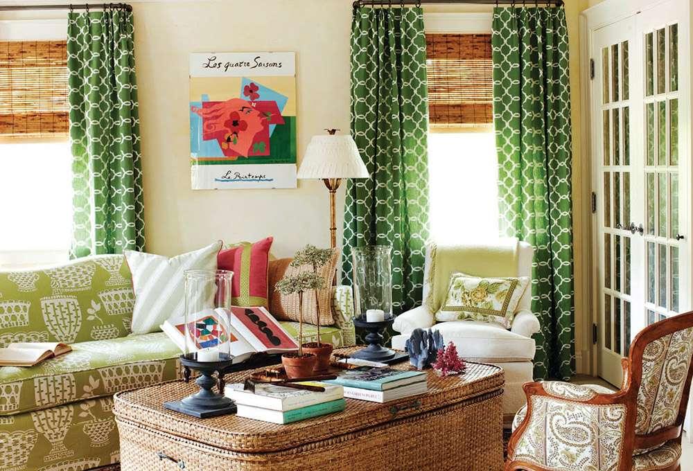 Зеленый диван в интерьере в деревенском стиле