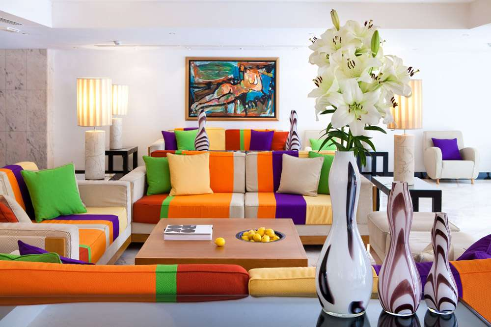 Яркий диван в яркой гостиной