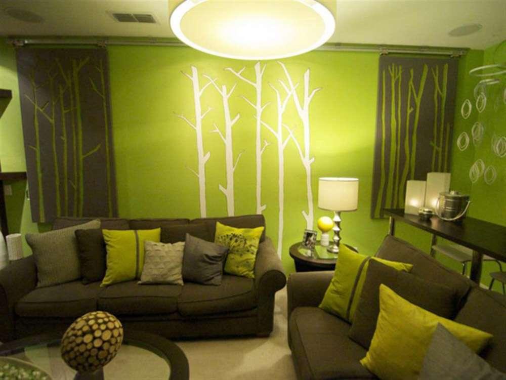 Зеленый интерьер с темно-зеленым диваном