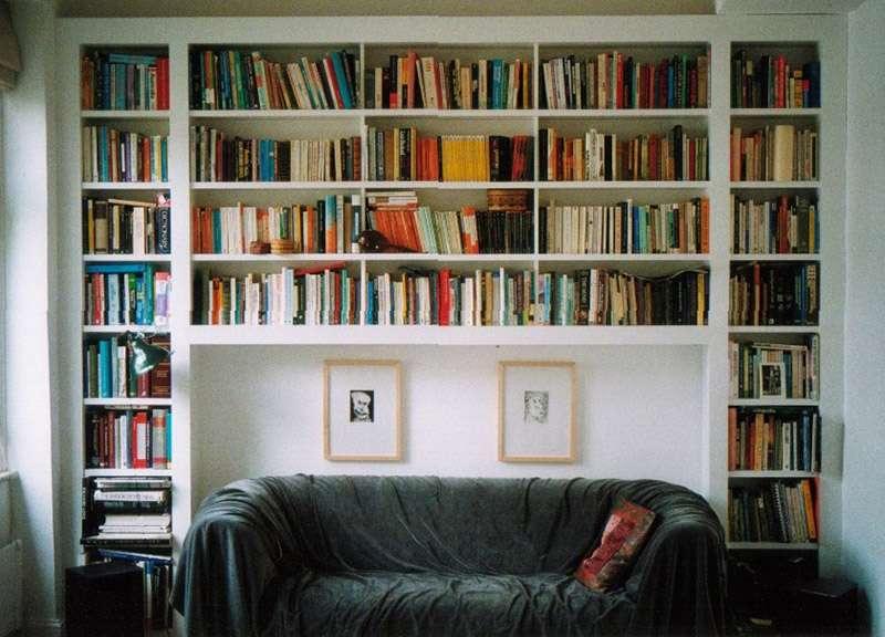 Книжные настенные полки в гостиной