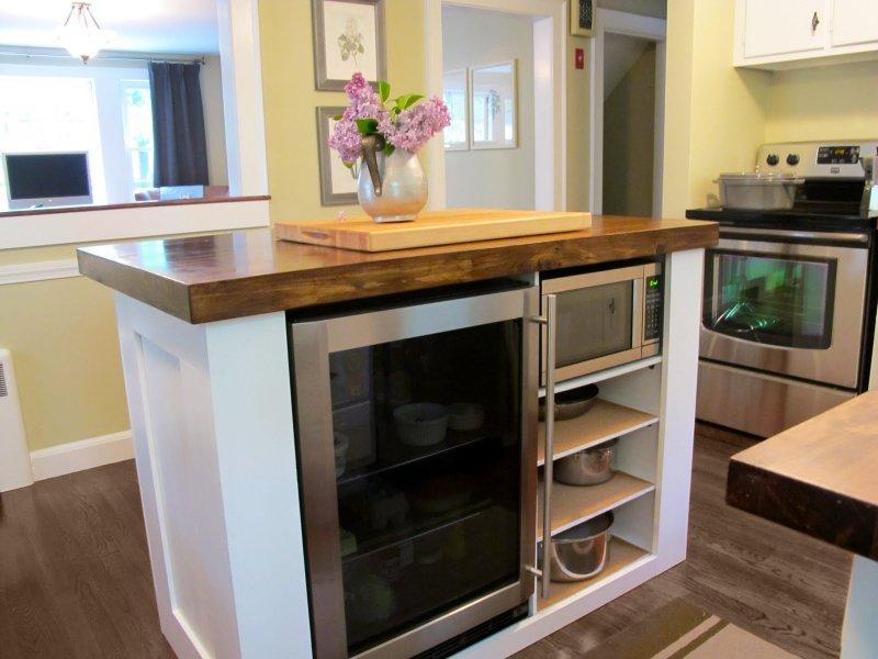 Небольшая рабочая поверхность со шкафчиками по середине маленькой кухни