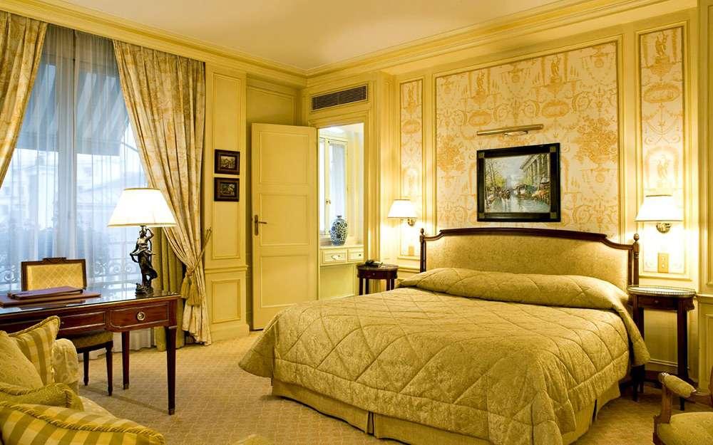 Удачный пример интерьера спальни во французском стиле