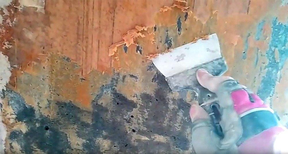 Зачистка шпателем размокшего бумажного слоя