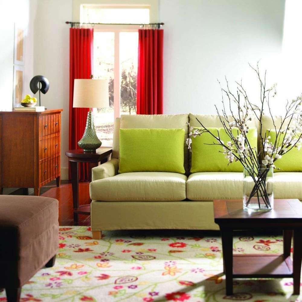 Сочетание цветов в интерьере со светло-зеленым диваном