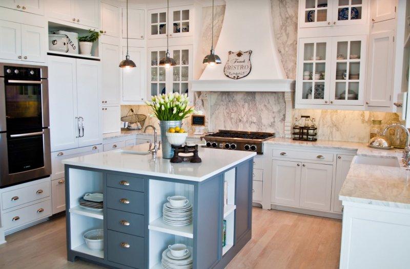 Квадратный стол-остров с полками и ящиками в центре кухни