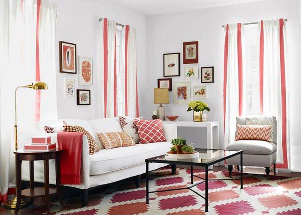 Геометрический принт в оформлении комнаты и линии на шторах смотрятся идеально