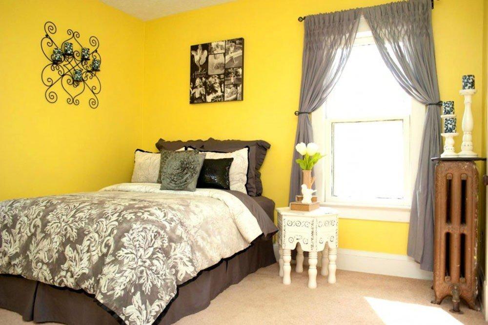 Сочетание желтых обоев и серых штор