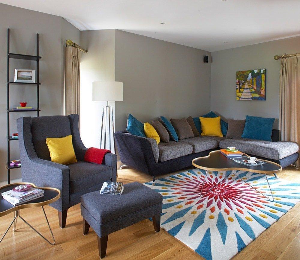 Декоративные подушки в интерьере гостиной, разных цветов и размеров