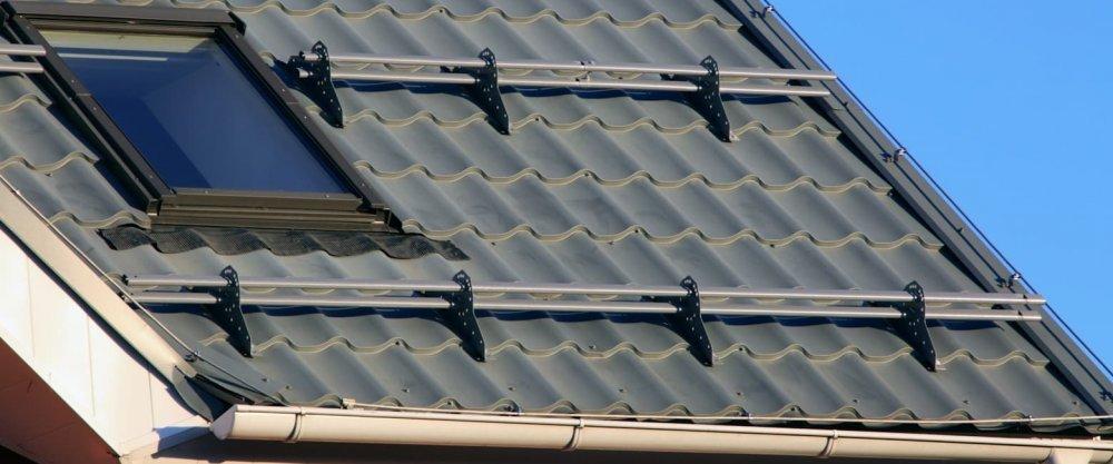 Виды и классификация снегозадержателей на крышу