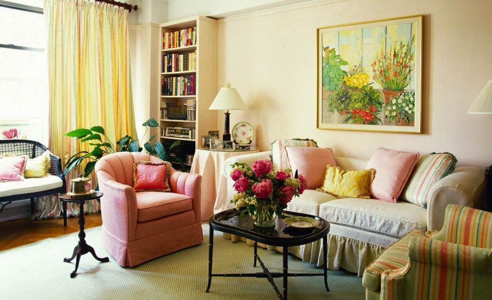 Яркие декоративные подушки как средство оживить интерьер