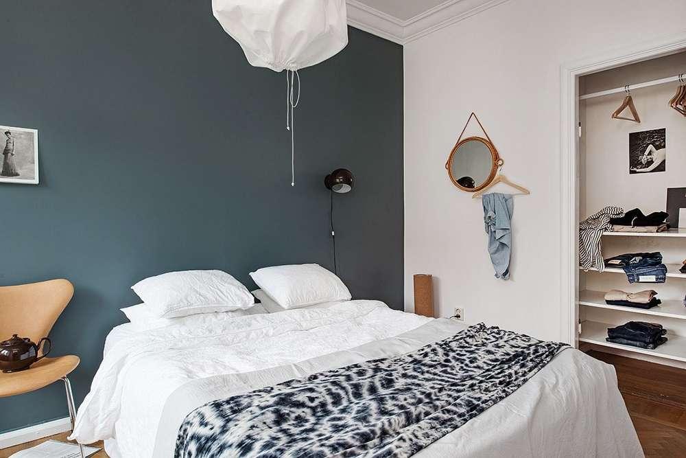 Серый и белый - основные цвета в этом дизайне интерьера спальни