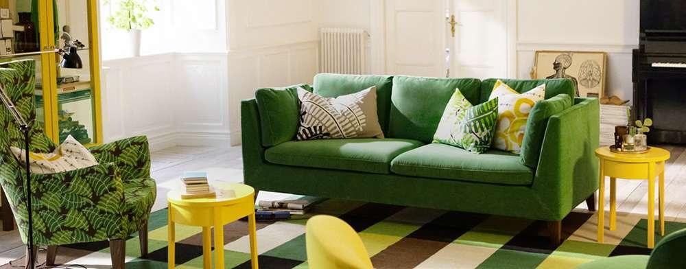 Пример сочетания цветов интерьера с темно-зеленым диваном