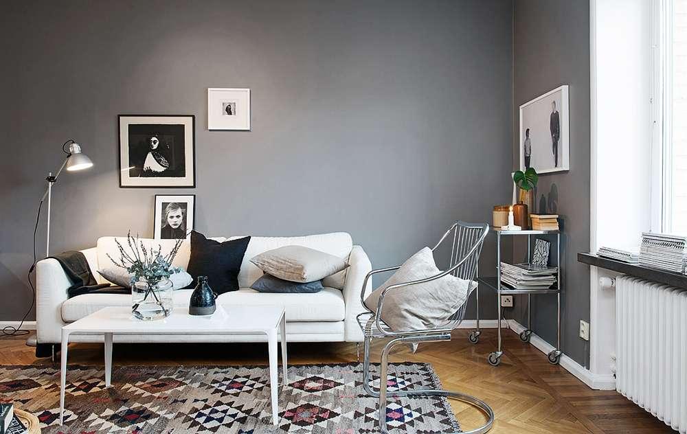 Сочетание серой стены и белого дивана