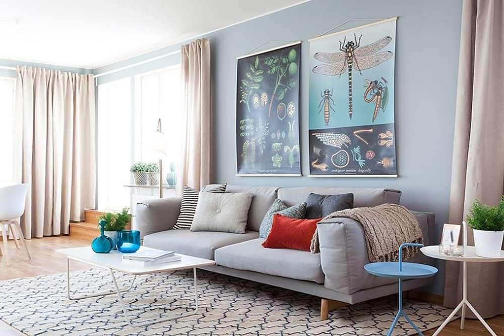 Серый диван отлично вписывается в бежево-голубой интерьер