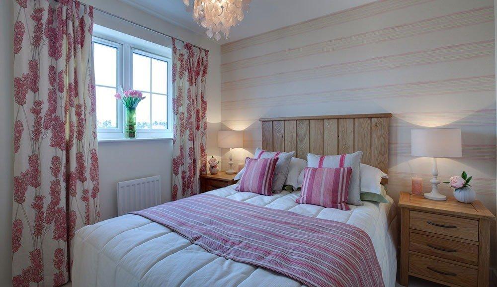Сочетание геометрического и цветочного принтов в спальне в стиле кантри