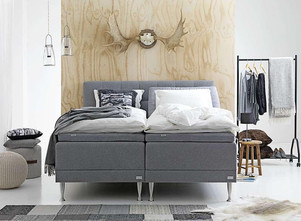 Кровать темно-серого цвета в спальне
