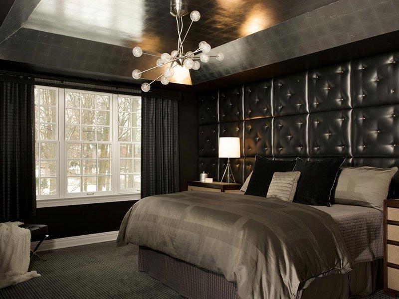 Черный потолок в интерьере спальне в неоклассическом стиле