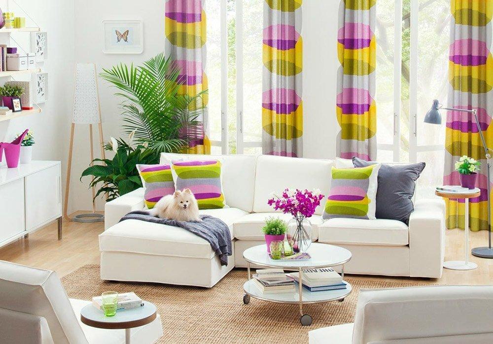 Сочетание декоративных подушек и других деталей декора интерьера