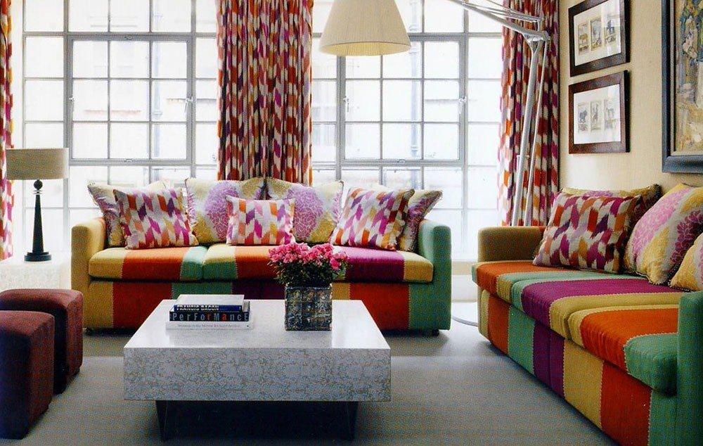 Яркие шторы с дублирующим рисунком текстиля