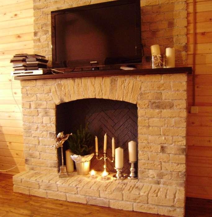 Кирпичный фальш камин в деревянном доме - контраст материалов