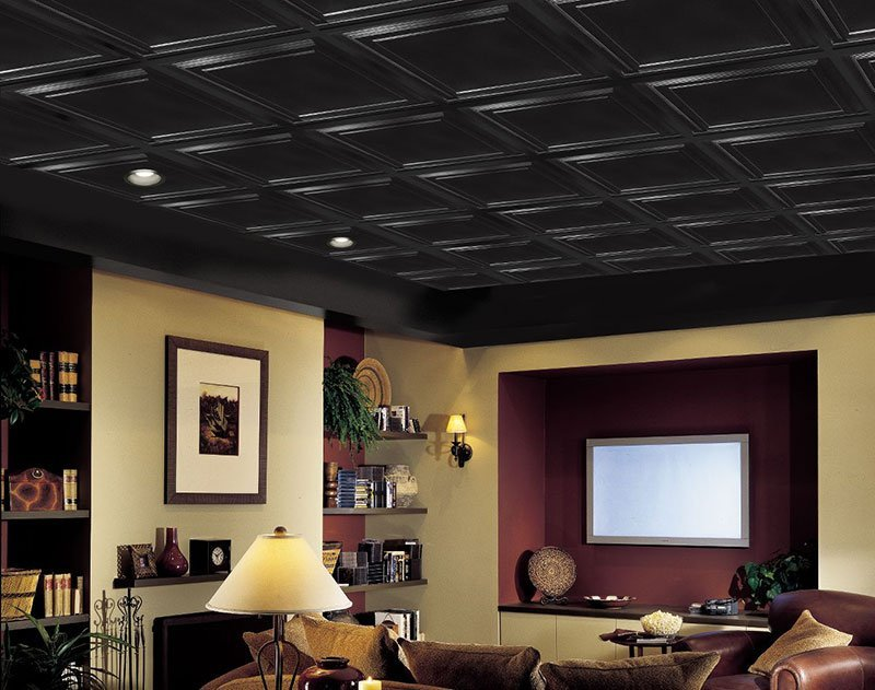 Черный потолок в гостиной из панелей