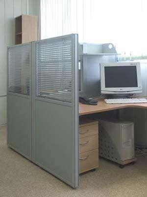 Рабочее место, отделенное мобильными офисными перегородками