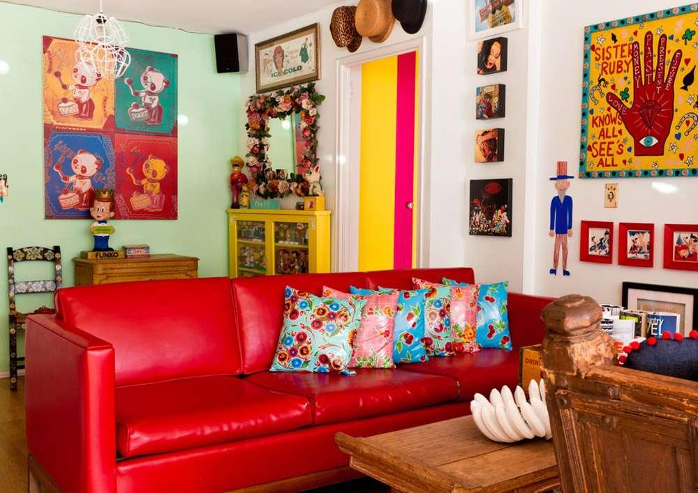 Красный кожаный диван в гостиной