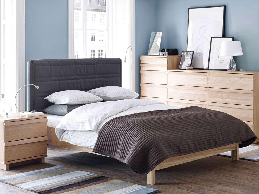 Простота и функциональность характерны и для современных интерьеров спальни