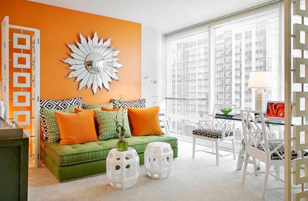Красивый зеленый диван в интерьере квартиры