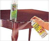 Удалить пятна с поверхности деревянной мебели можно с помощью чистящих спреев.