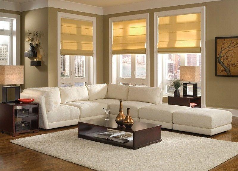 Белый ковер в интерьере современной гостиной