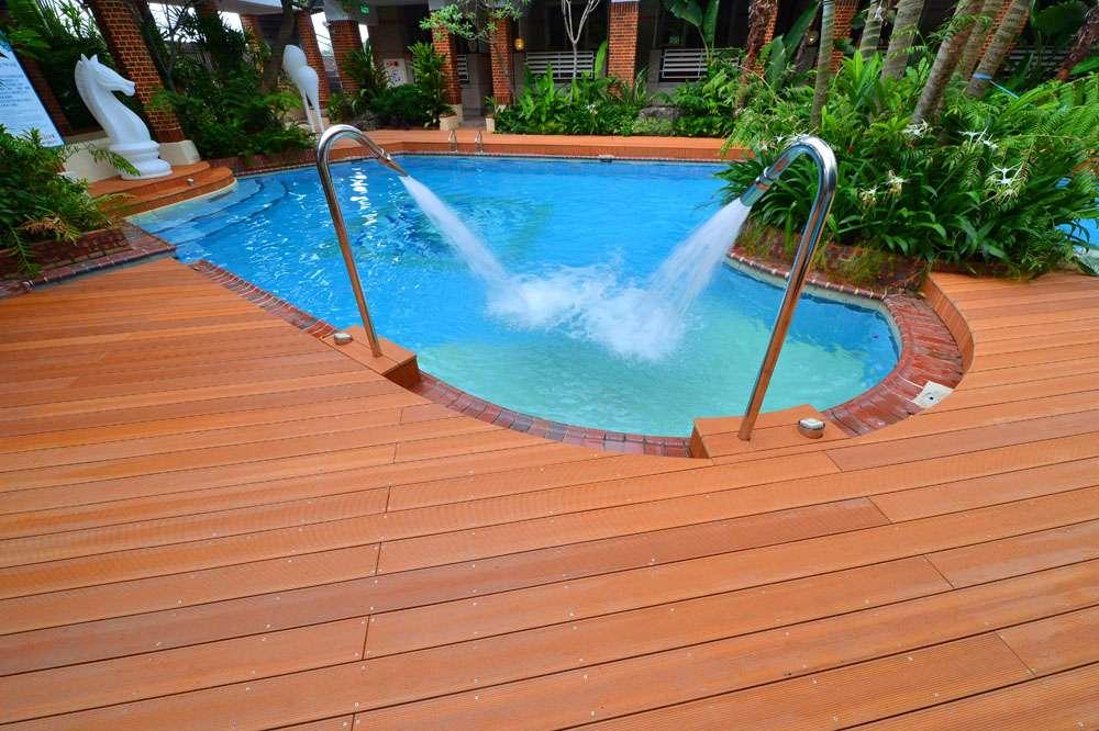 Террасная доска на площадке у бассейна